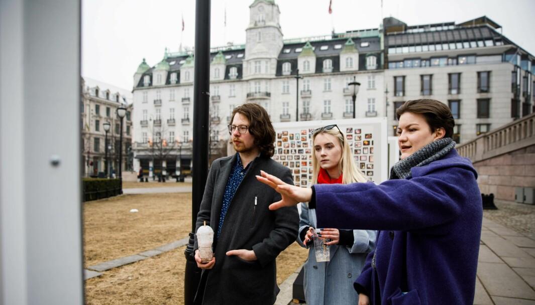Aksel Konstantin Molteberg, Toramari Faremo og Trine Anette Fostervold innom utstillingen «Politikkens kunst» utenfor Stortinget. De bor i kollektiv sammen, og skulle finne en benk å spise lunsj på da de oppdaget bildene.