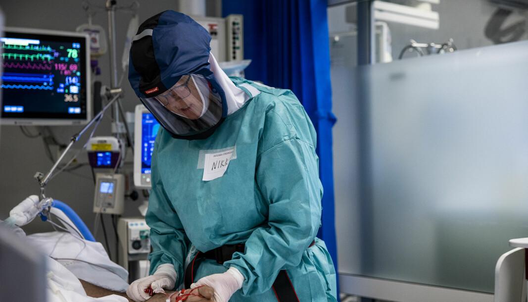 «Nikki» Anniken Hars behandler en av pasientene innlagt med Covid-19 på intensivavdelingen på Oslo Universitetssykehus Rikshospitalet..