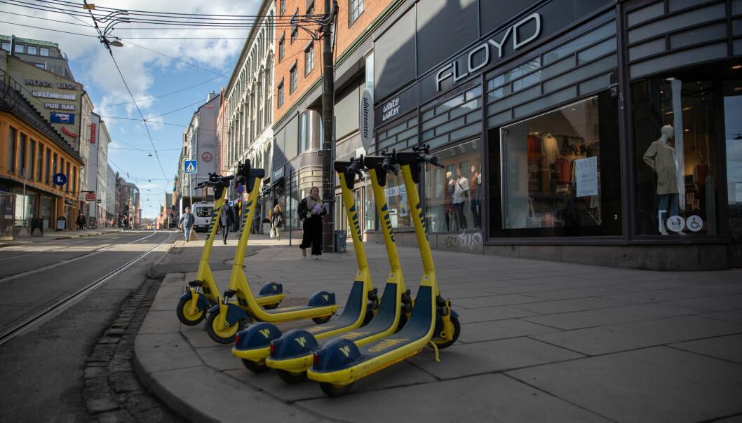Selv elsparkesyklene står stille i Grensen mens de aller fleste butikkene i sentrum må holde stengt uka før påske.
