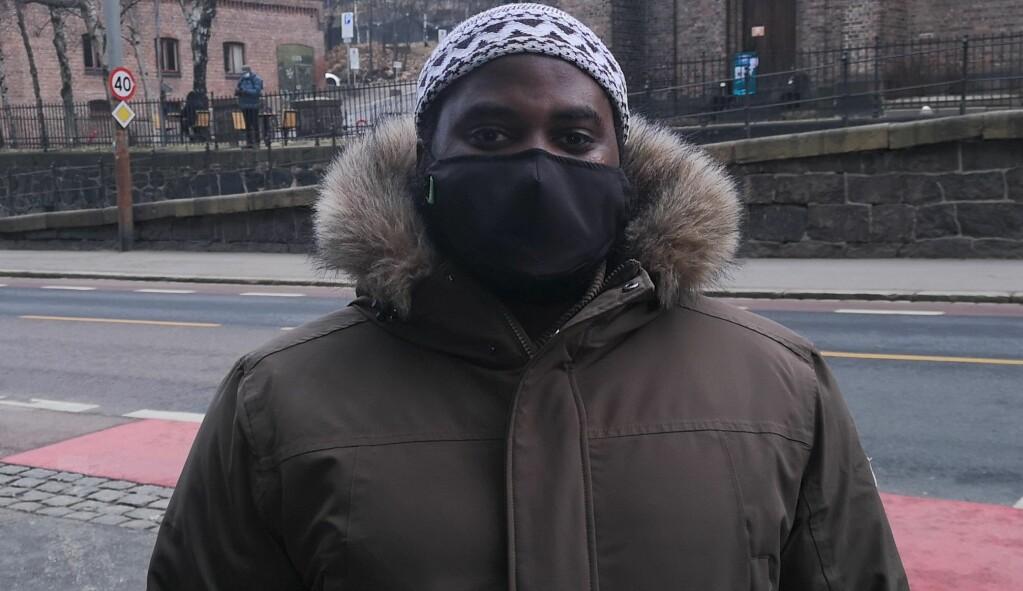 Leder for Islam Nets ramadanprosjekt, Muhammed Zubayr, her med masken på utenfor Fattighuset på Grønland i Oslo.