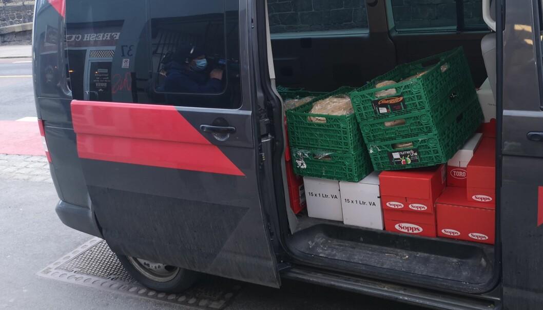 Her er vanen full av matvarer som Islam Net bidrar med til Fattighuset på Grønlandsleiret.
