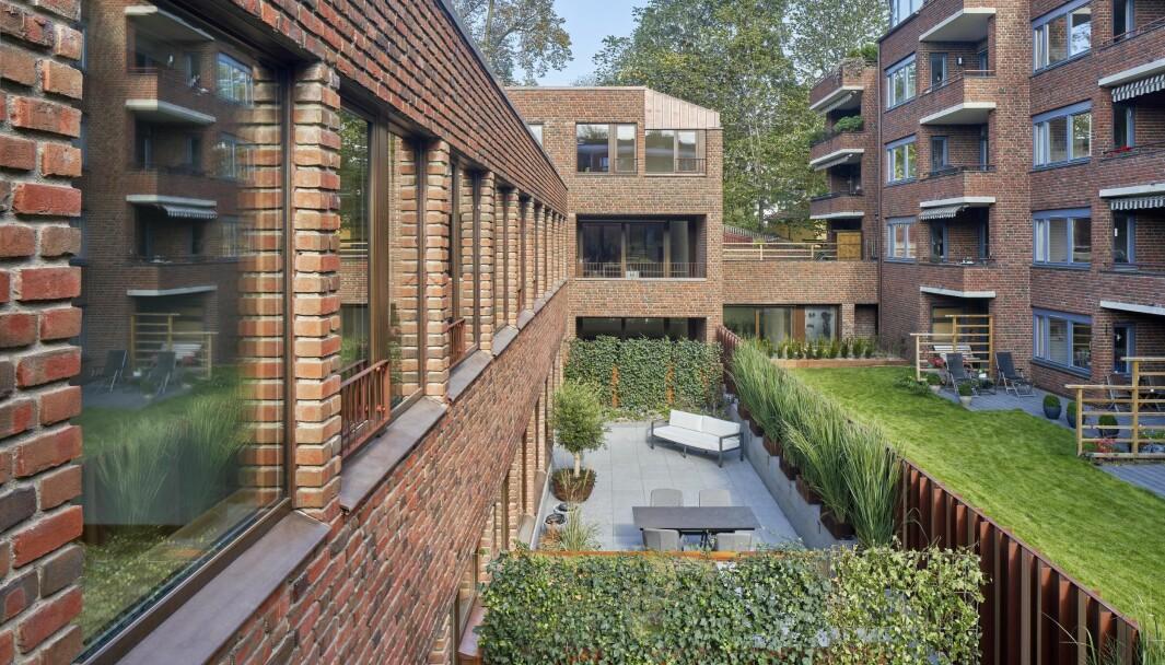 Hver bolig har et privat uterom med store vindusflater som slipper inn lys og etablerer glidende overganger mellom inne- og ute, skriver R21 i beskrivelsen av boligprosjektet.