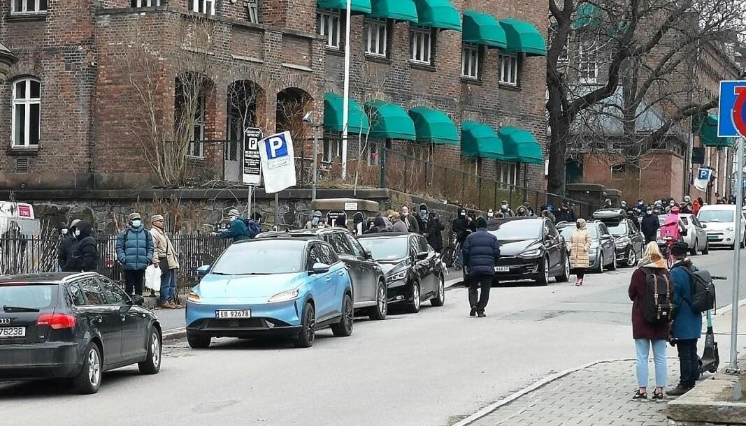 Køen til Fattighuset beveger seg fra Grønland kirke, opp Borggata, forbi politihuset og videre ned Åkebergveien.