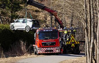 Her løftes bilen ut av en hage på Røa. Trillet ned fra garasjeanlegg