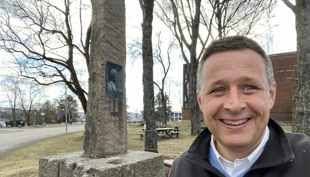 Espen Andreas Hasle ved obelisken ved Bredtvet kirke reist til minne om Hans Nielsen Hauge.