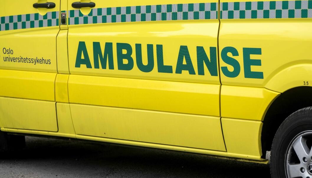 De påkjørte mottar helsehjelp fra ambulanse på stedet.