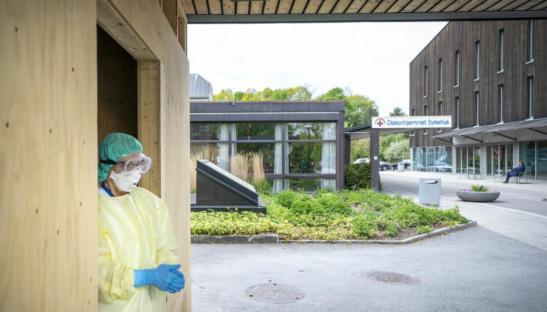 Bydelen Vestre Aker har for tiden de laveste smittetallene. Bildet viser bedriftssykepleier Kari Gaarder Osnes i sommer i den provisoriske koronatest brakka på Diakonhjemmet i bydel Vestre Aker i Oslo.