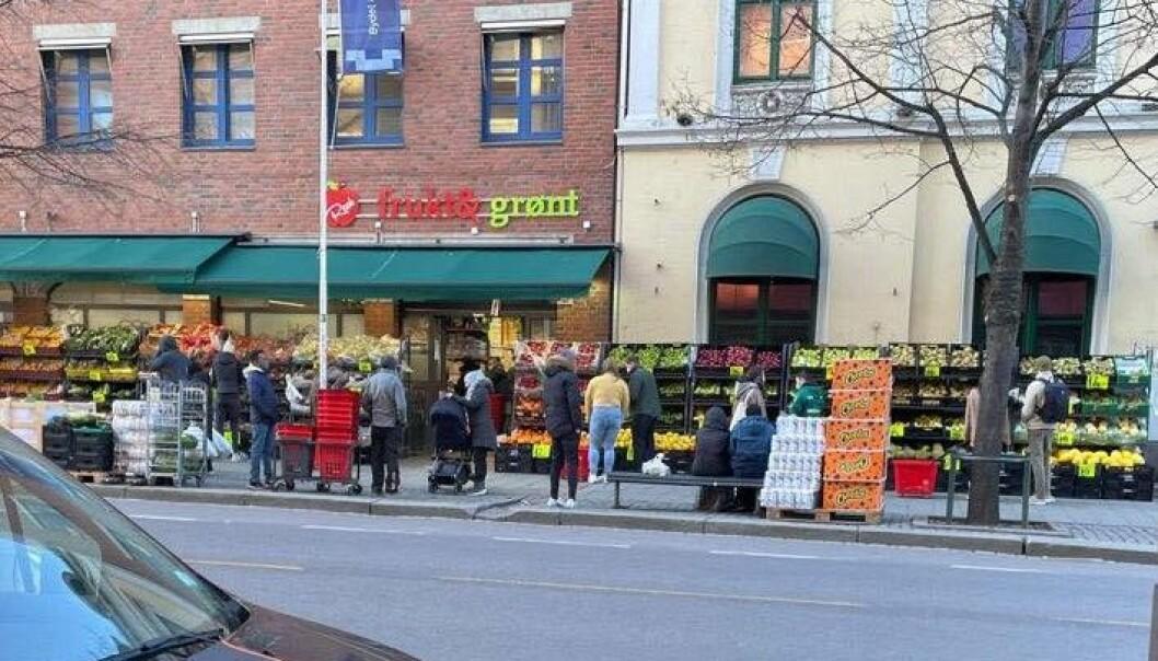 Mange kunder ved Real Frukt og Grønt på Grønland andre påskedag. Selv om andre butikker i nabolaget overholdt loven om helligdagsstengt.