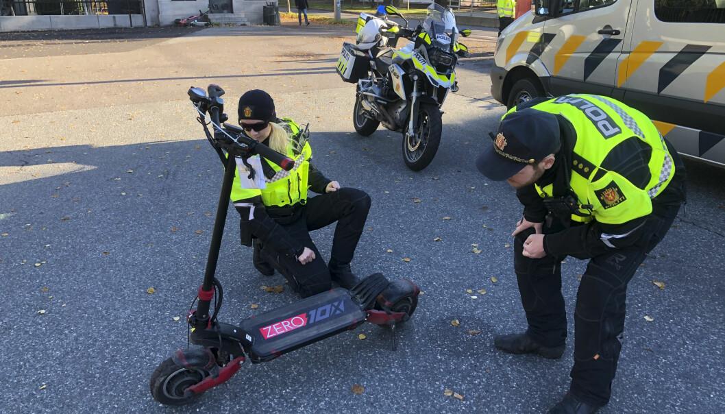 Oslo-politiet stanset i fjor denne elsparkesykkelen som har en toppfart på 58 km/t. Likevel mener politiet det ikke er behov for særskilte fartsgrenser for elsparkesykler.