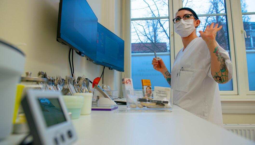 Tannhelsesekretær Kersti Thewlis sørger for at tannklinikken holder seg til miljøkravene de har forpliktet seg til.