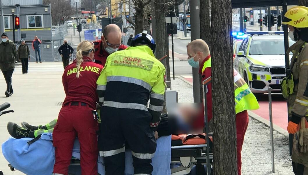 Mannen som kolliderte med trikken er nå fraktet til sykehuset.
