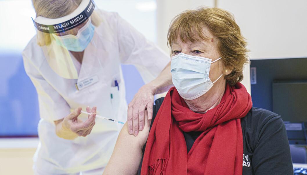 Oslo-ordfører Marianne Borgen får første dose av koronavaksine på vaksinesenteret i bydel Østensjø.