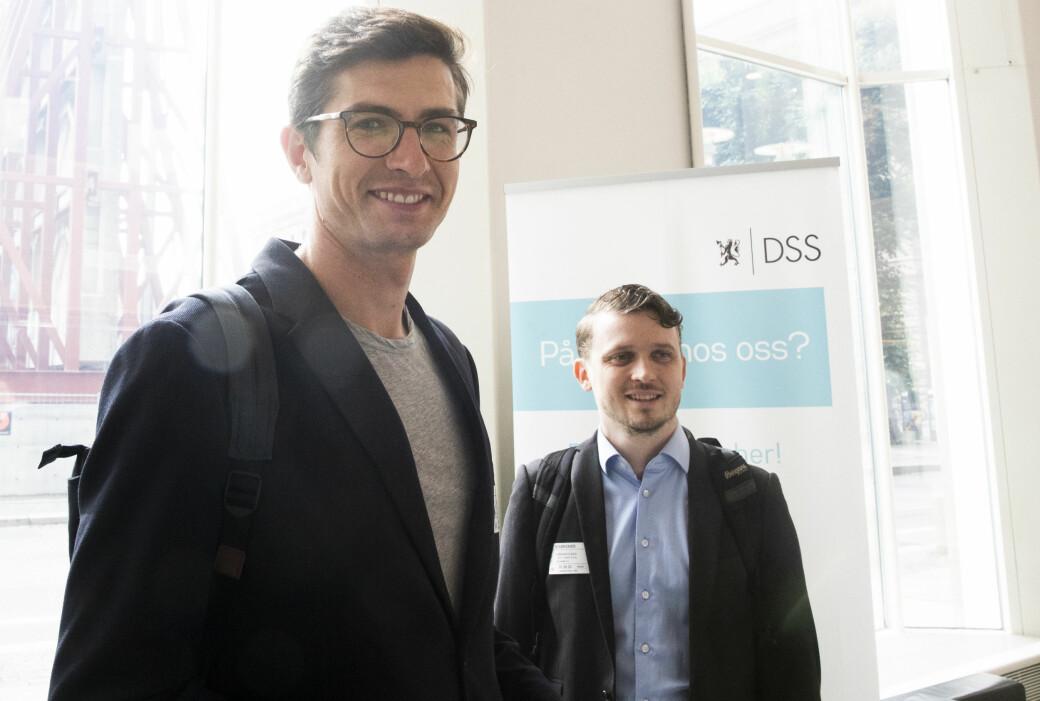 Kristian Akerbo fra Voi og Lars-Christian Grødem-Olsen fra Tier Mobility (til høyre) i forkant av et møte med samferdselsminister Knut Arild Hareide (KrF).