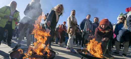 200 demonstrerte mot koronarestriksjoner. Kastet munnbind på bål foran Stortinget