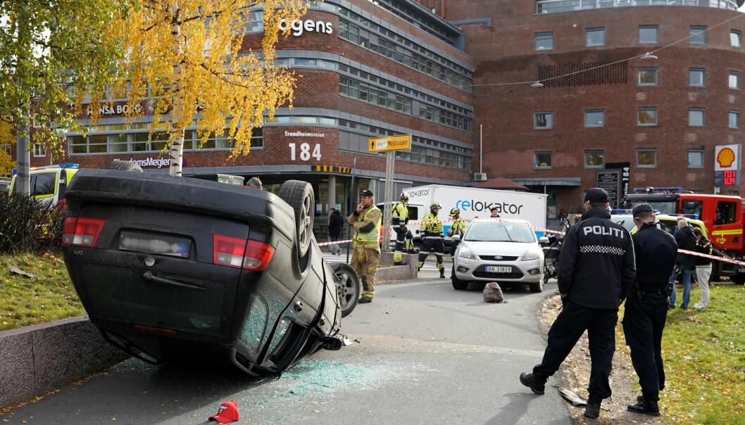 Politiet betrakter en parkert bil som ble veltet på Rosenhoff før den kaprede ambulansen fortsatt den ville og livsfarlige ferden nedover mot Torshov.