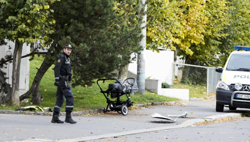Underveis kjørte ambulansen blant annet på en barnevogn der det lå et sju måneder gammelt tvillingpar. Babyenes mor måtte ifølge tiltalen dra vognen til siden og selv kaste seg unna for å ikke bli truffet.