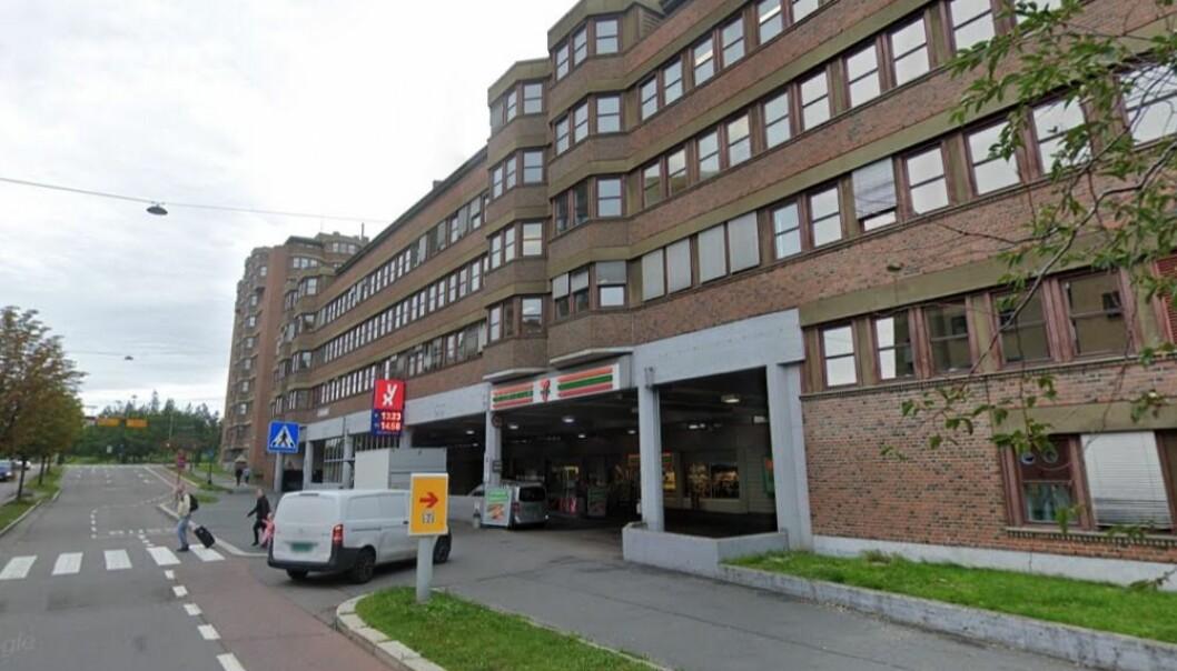 Her er det slutt på at biler kjører inn. Nå skal gamle drivstoff- og oljetanker ved YX-stasjonen i Kjølberggata graves opp og fasaden endres og blir mer fotgjengervennlig.