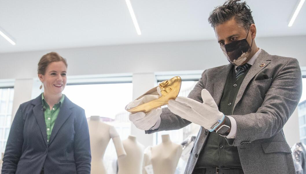Tekstilkonservator Annika Cilke (t.v.) og kulturminister Abid Raja under innflyttingen til det nye Nasjonalmuseet, der Raja symbolsk bærer inn første forsendelse.