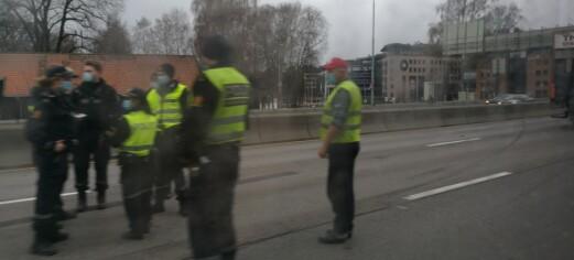 Semitrailer kolliderte med personbiler på E18 ved Lysaker. Se bildene