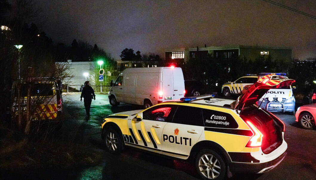 Politiet på plass med store mannskaper etter drapet mandag kveld.