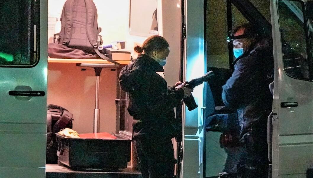 Kriminalteknikere fra Oslo-politiet på jobb rett etter at den kjente forsvarsadvokaten var skutt og drept i en leilighet på Røa.