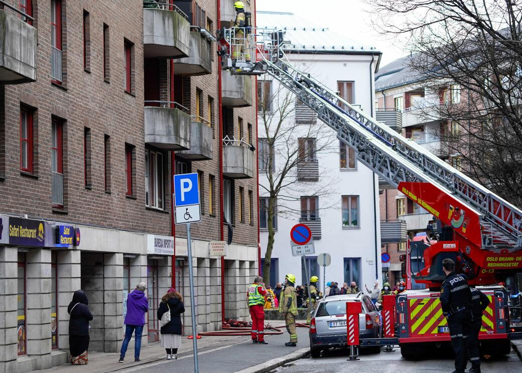 Nødetatene på plass i Motzfeldts gate i kveld: — De tre personene som ble hentet ut av brannfolk er kjørt til legevakt for sjekk, opplyser politiet.