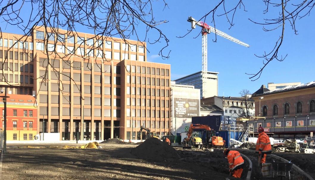 — Slik ser virkeligheten ut: Tullinløkkka med Entra-bygget slik det ruver i forhold til det gamle Nasjonalgalleriet til høyre, skriver Johnny Gimmestad. Bildet ble tatt i november 2019.