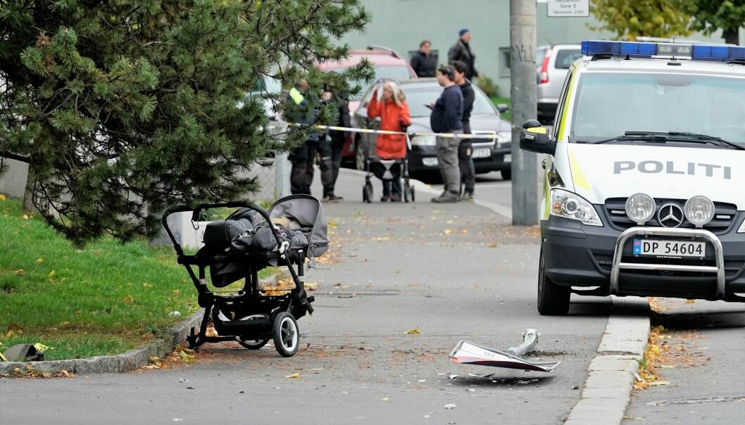 Et tvillingpar på sju måneder lå i denne vogna i Åsengata utenfor Sandaker senter da den ble påkjørt av en ambulanse. Tvillingene kom fra påkjørselen uten alvorlige skader.