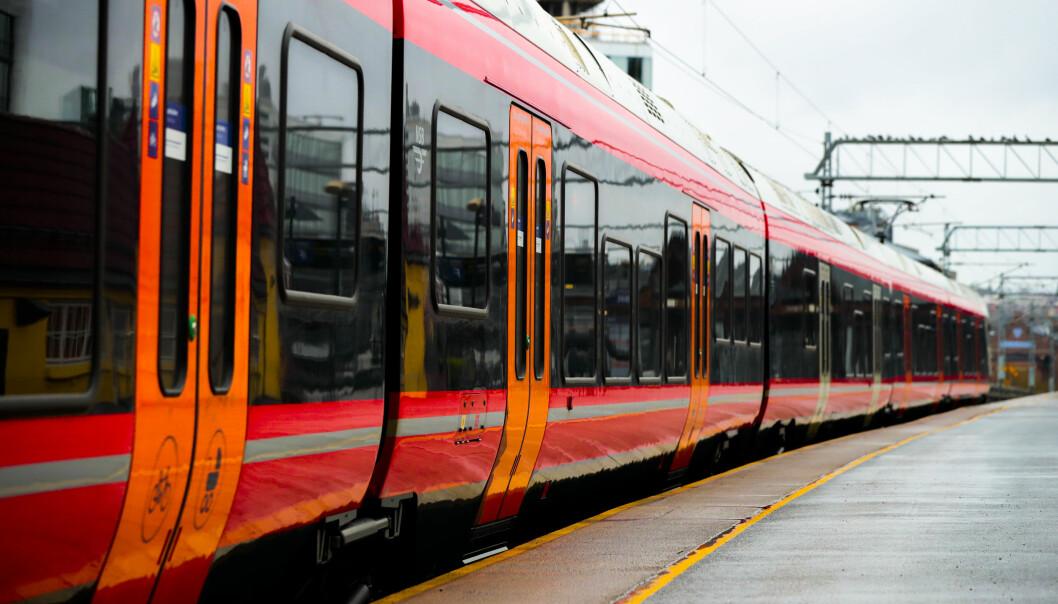 En kjøreledning har falt ned på et tog på Rosenholm stasjon i Oslo.