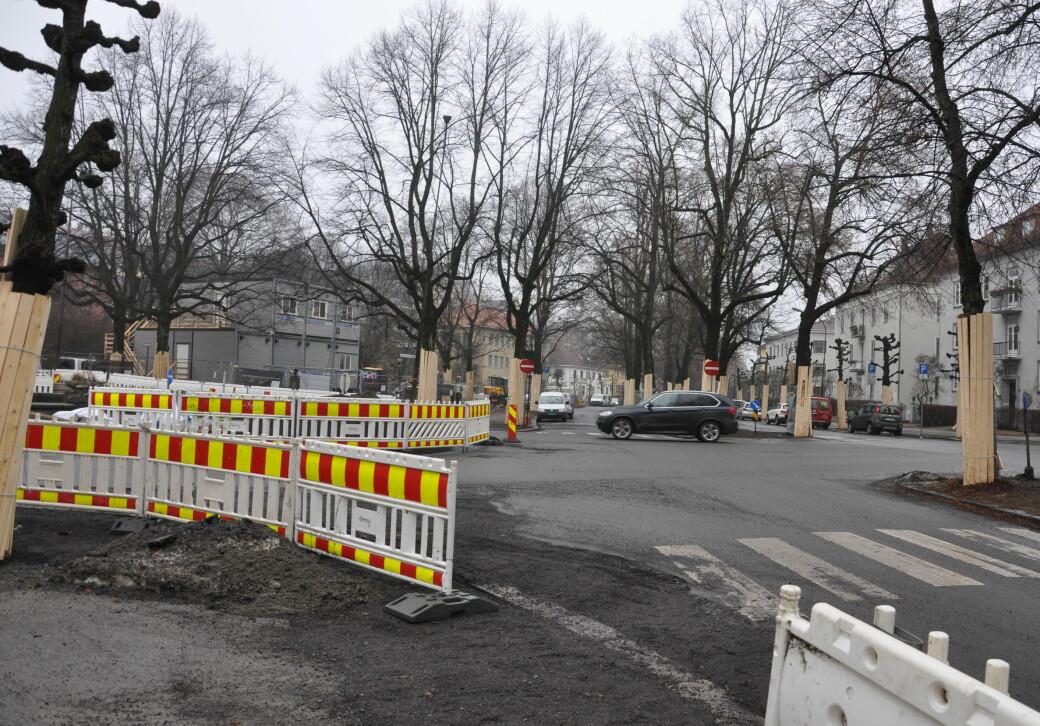 De verneverdige gatesteinene ble gravd opp og lagt i ridestien som går midt i Gyldenløves gate.