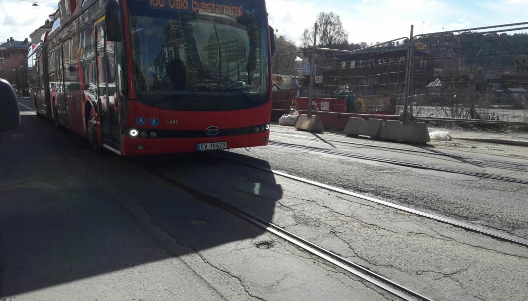 Opptil 40 busser i timen kommer ned Schweigaardsgate på vei mot sentrum. Det har lenge vært en utfordring for beboerne i gata