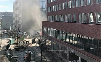 Brann ved Ruseløkka skole. Svart røyk veltet ut