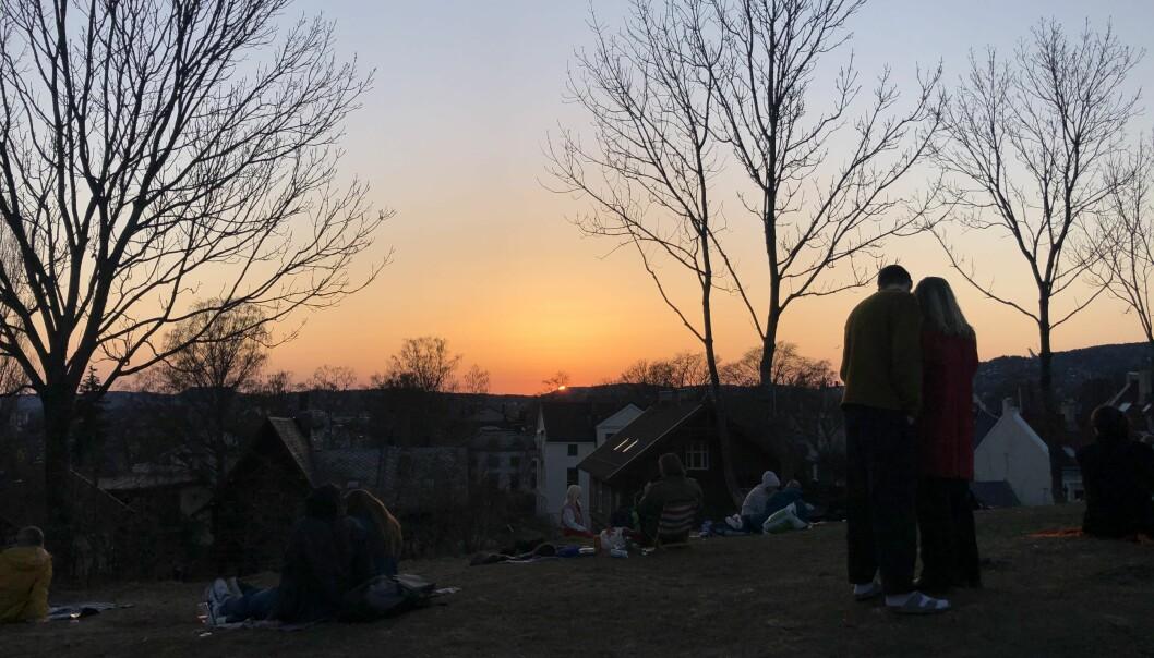 Det var en silkemyk solnedgang i kveld, og folk hadde samlet seg for å se den på toppen av Blåsen på Fagerborg øverst i PIlestredet.