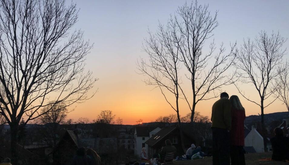 Det var mange mennesker i Oslos parker i går kveld. Politiet patruljerte på St. Hanshaugen og på Huk, men trengte bare å gi råd og veiledning om avstand. I Stensparken hadde mange funnet veien til Blåsen for å se solnedgangen i går kveld.