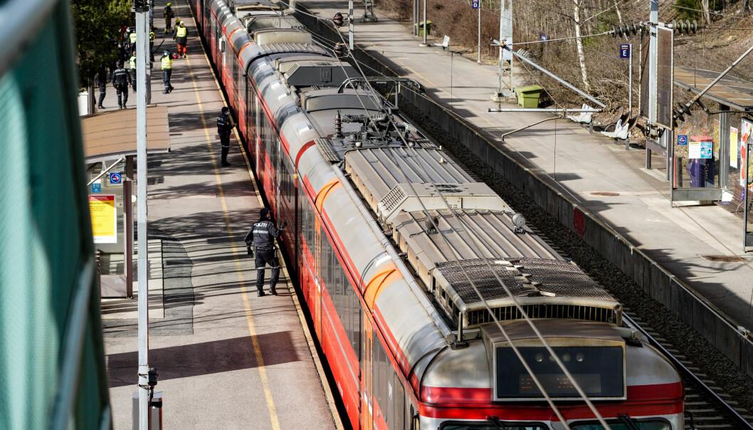 Mannskaper fra nødetatene rykket inn onsdag på stedet der kjøreledning hadde falt ned på et tog ved Rosenholm stasjon.