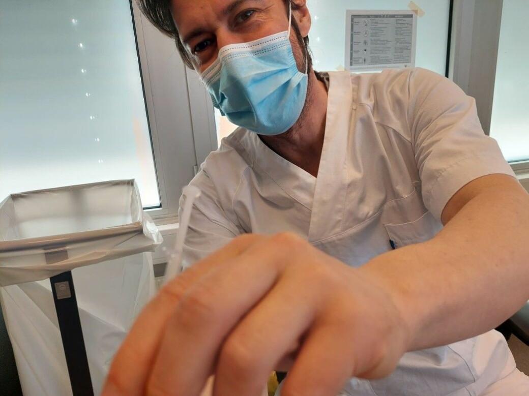Sykepleier Dominic setter første vaksinedose på VårtOslos medarbeider André Kjernsli.