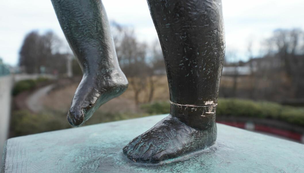 Noen forsøkte å sage over den ene ankelen på skulpturen.