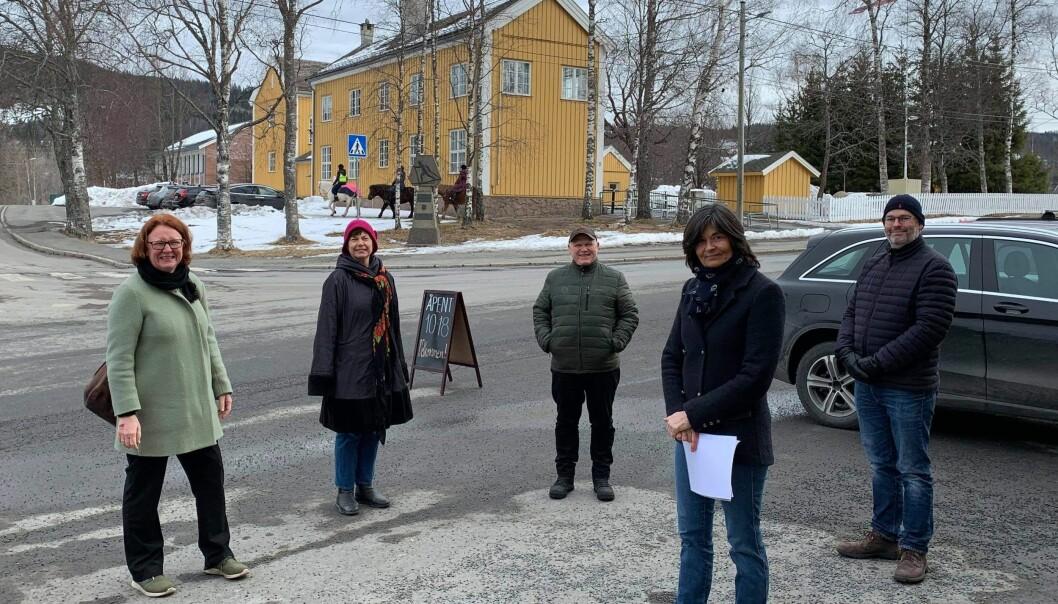 Senterpartiets Bjørg Sandkjær (til venstre) tok turen inn i Sørkedalen og møtte velforeningen som slåss for tryggere vei.