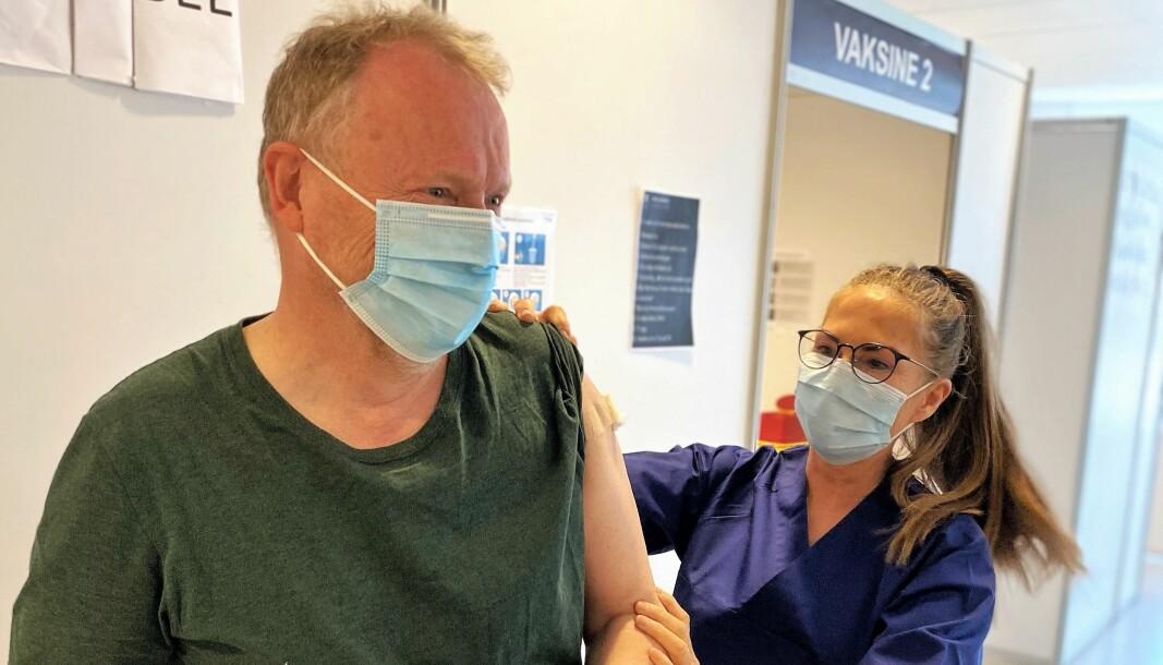 Raymond Johansen får sin første vaksinedose.