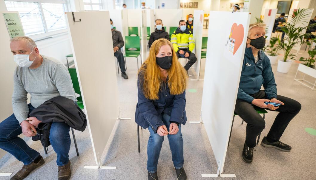 Hilde Arnesen (52) venter på sin tur på vaksinesenteret i Bjerke bydel før hun får sin første vaksinedose.