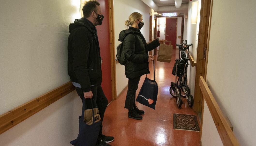 Før påske gikk Bydel Frogners koronaverter på dørene i bydelen og delte ut antibac og munnbind.