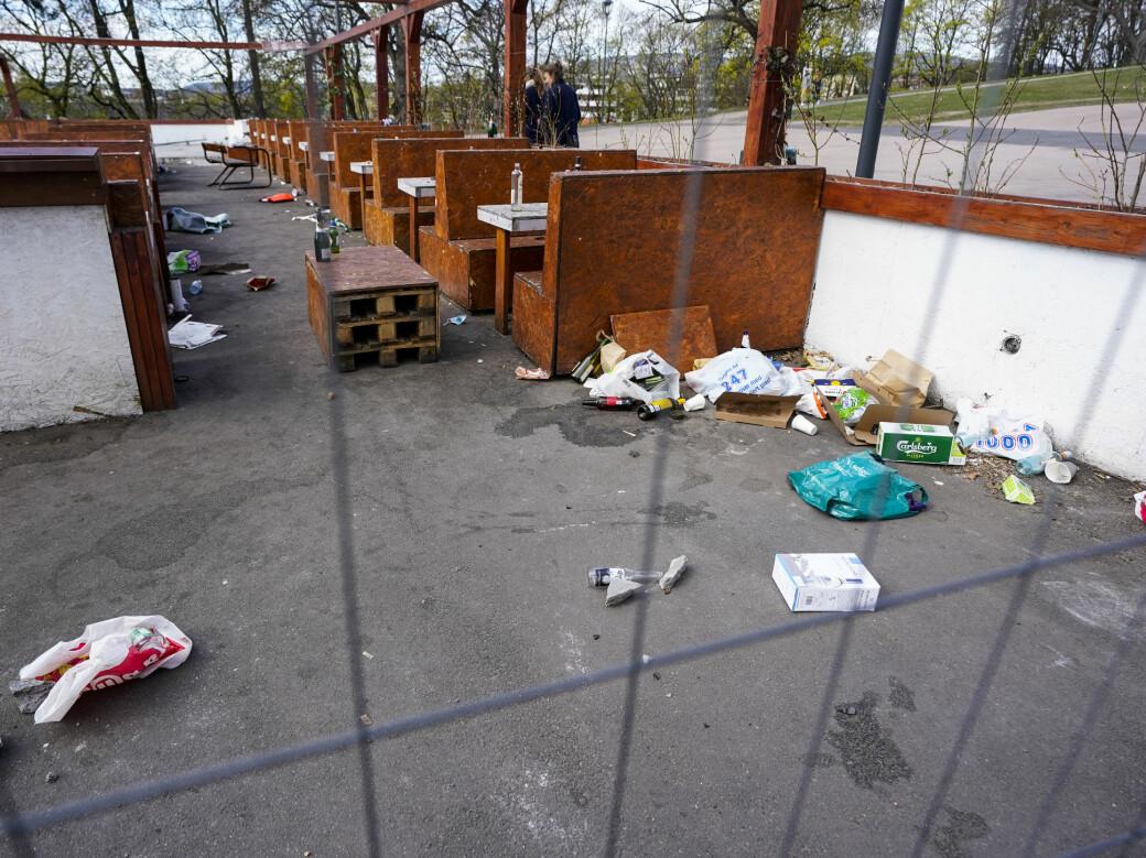 Ved den stengte uteserveringen på St. Hanshaugen var det en ny søndag med søppel, tomflasker og bokser etter utendørsfesten kvelden før.