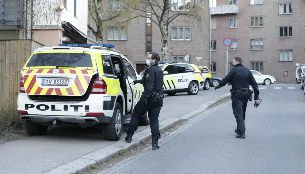 Flere patruljer rykket ut til Ålesundgata og startet jakten på personen som knivstakk en mann på åpen gate i Oslo.