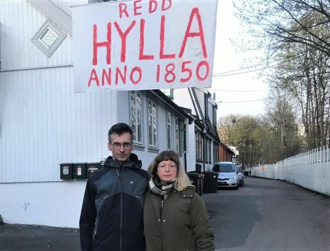 Aurelien Dahot og Mirjam Berg Abrahamsen gleder seg over at plan-og bygningsetaten torsdag ga beboerne på Hylla i Enebakkveien en delseier i kampen mot Bane Nor.