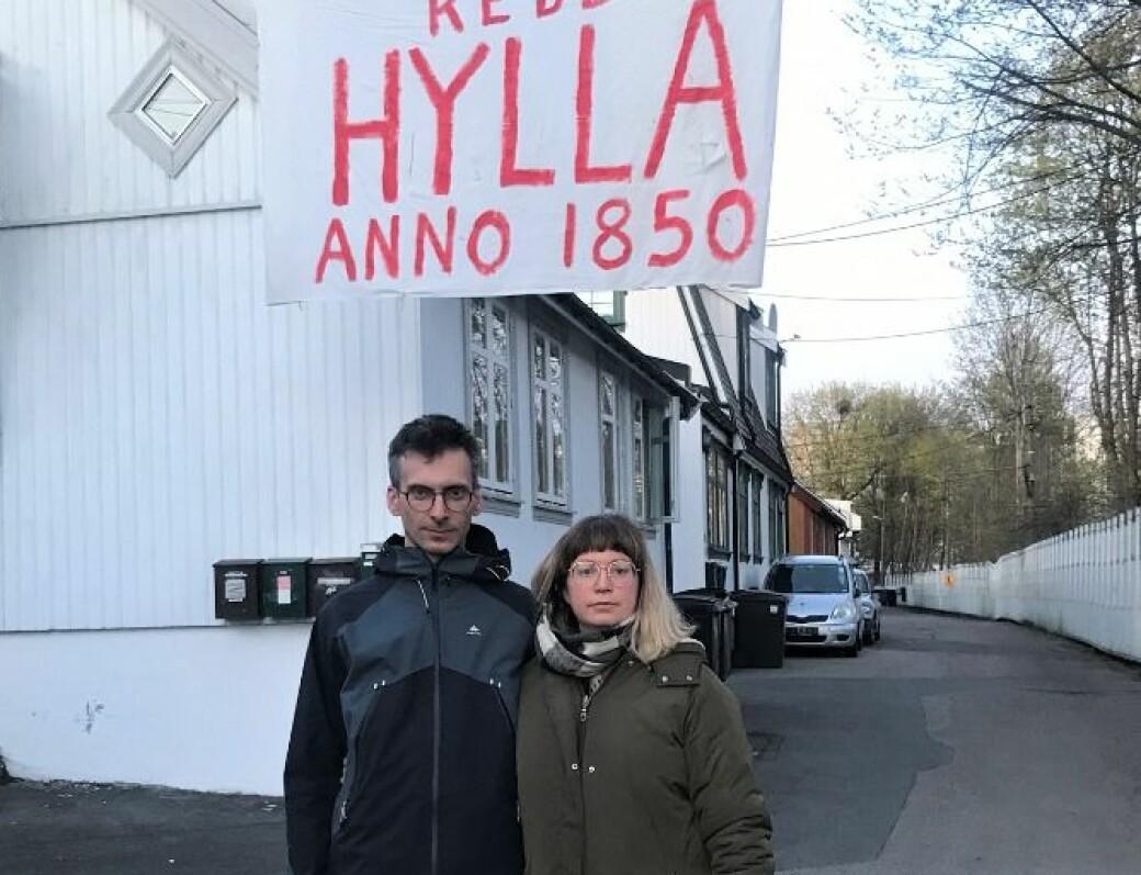 Aurelien Darthout og Mirjam Berg Abrahamsen er rasende over at Bane Nor nå vil kaste ut alle beboerne tidligere fra husene på Hylla.