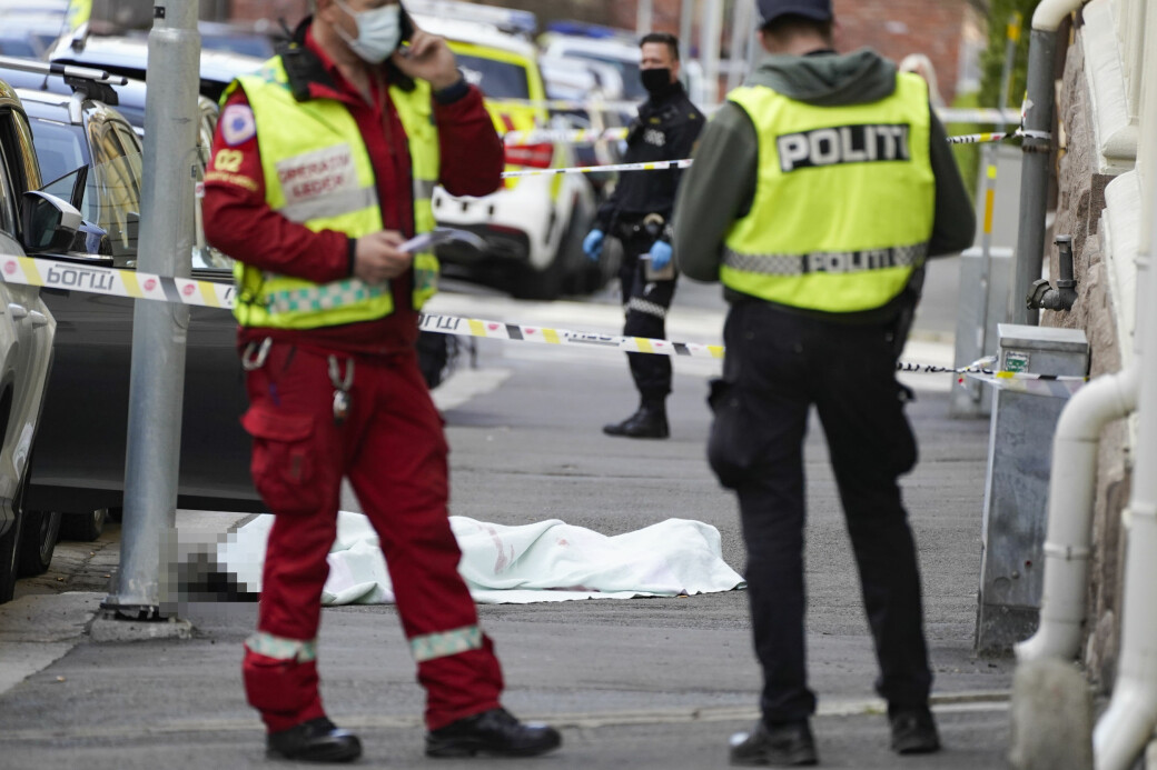 Åstedet i Tostrupsgate er sperret av. Den døde er en kvinne og den mistenkte gjerningspersonen er en mann. — Han ble pågrepet etter kort til i en bil på E 18, opplyser politiet.