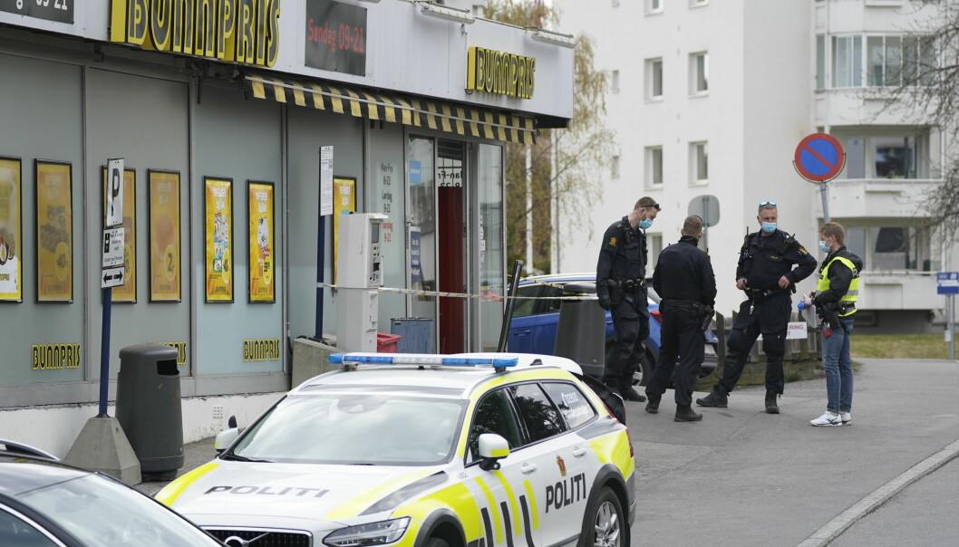 Politi ved Bunnpris på Lambertseter der en ansatt ble stukket med et stikkvåpen torsdag.