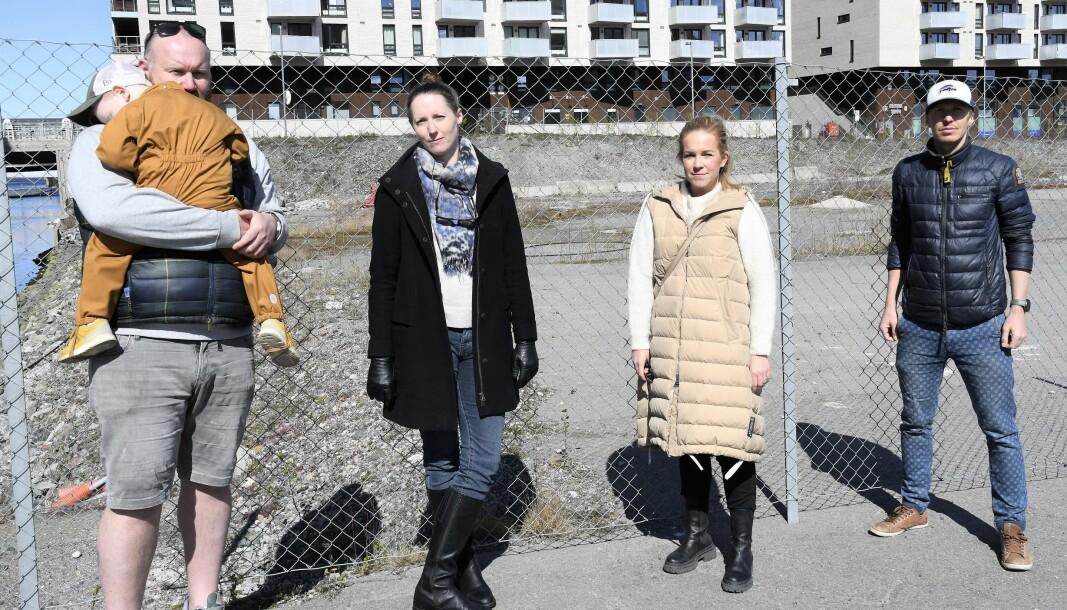 Sørenga-beboerne Martin Askomtrud (t.v), Cecilie Andberg-Moum, Chrstine Lampe og Allan Hovda håper nå det endelig kommer en ny skole for beboerne i Bjørvika.