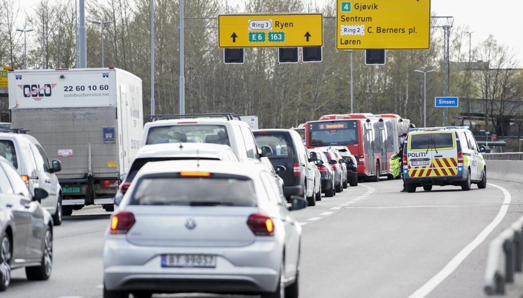 Det ble mye kø ved Sinsenkrysset fredag ettermiddag etter en trafikkulykke.