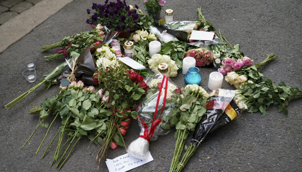 Det er lagt ned blomster der en kvinne i 50-årene ble skutt og drept onsdag morgen.